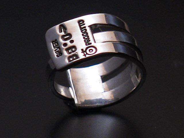 組み上げたパーツの指輪